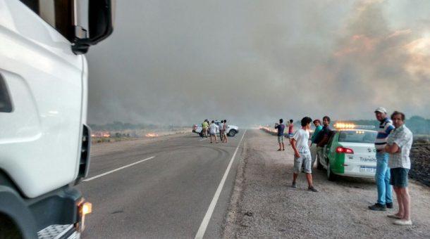automovilistas-que-fueron-detenidos-en-ruta-nacional-22-ante-el-avance-del-fuego
