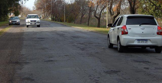 Estado intransitable del Acceso a El Provincial, hasta se ha hecho una huella paralela para no pasar por sobre los pozos del asfalto