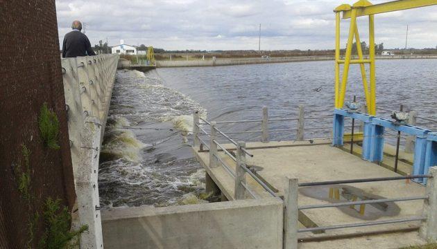 Salida del agua en Laguna de Gomez, cuyo canal une con Laguna el Carpincho – foto Diario La Verdad
