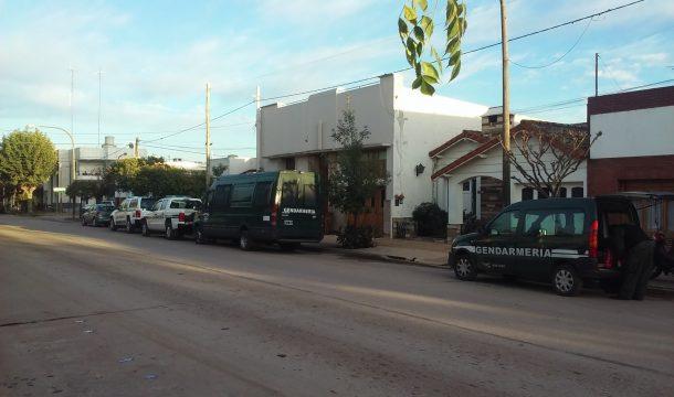Unidades de Gendarmeria que sorprendieron a los vecinos y que estan apostadas en la Estacion de Policia