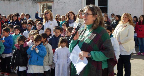 Inspectora Liliana Vallabriga tomando juramento a los alumnos