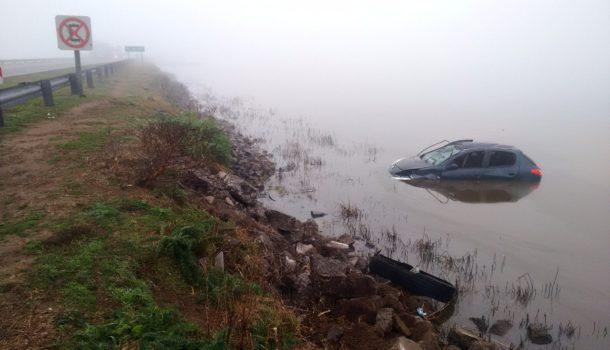 Asi quedo el automovil en medio del agua