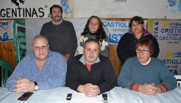Gabriel Castiglioni junto a Margarita Lopez y Marcelo Puella e integrantes de la lista