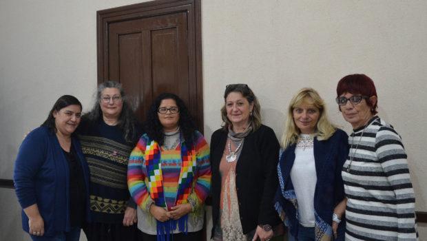Liliana Vallabriga y Claudia Appella junto al equipo directivo de educacion provincial