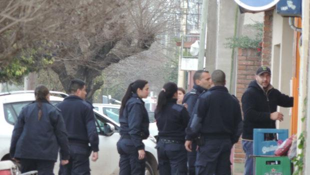 Los efectivos policiales en el lugar del hecho donde se produjo la agresion a la policia