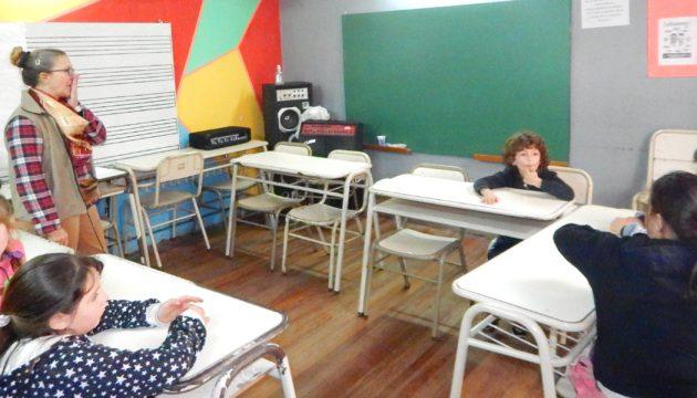 Un grupo de niños que se sumaron a la actividad de musica en la Escuela de Estetica