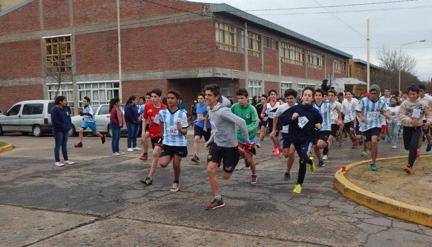 Alumnos de secundario que participaron en la 6ta edicion de la Maraton Profesor Raul Pastori