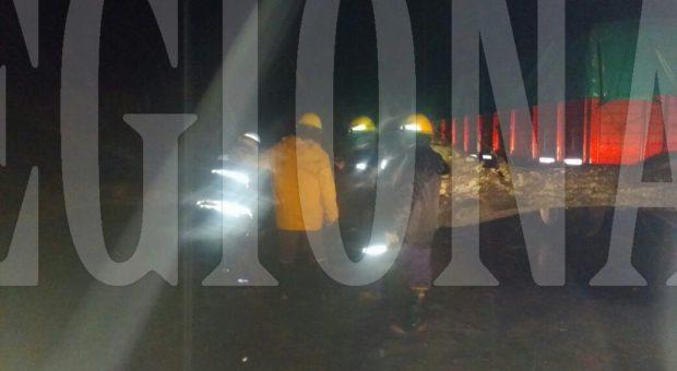 Bomberos Voluntarios de Dudignac trabajando en el retiro de un arbol caido esta noche