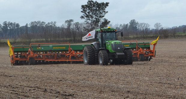 El  tractor 7215  tirando una Sembradora Dumaire de dos tramos de 7 metros cada uno