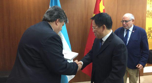 Forte intercambiando con el Ministro de China