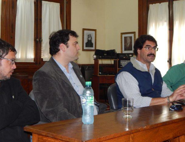 Leonardo Sarquis dirigiendose a la prensa y productores al momento de hablar sobre las esperadas obras hidricas