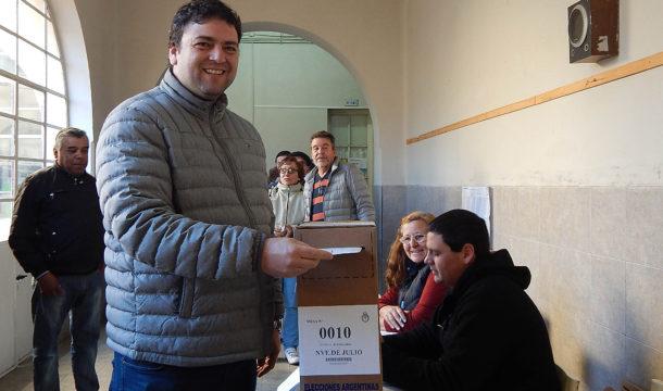 Mariano Barroso emitiendo su voto esta mañana en escuela 1