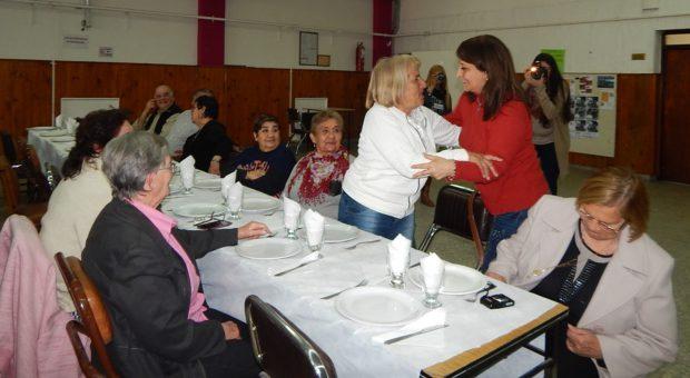 Mirta Tundis saludando a jubilados que participaron del almuerzo