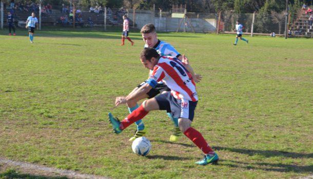 Tempesti y Longarini, luchan por la pelota, el partido fue vibrante entre Atlético 9 de Julio y  12 de Octubre