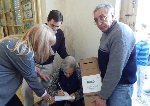 Una anciana imposibilitada de subir las escaleras del ISETA , bajaron la urna para que pueda votar