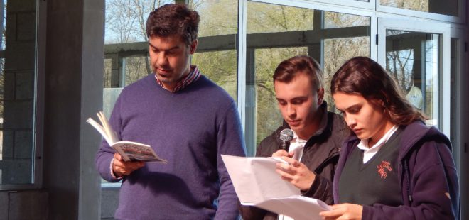 Alumnos de Colegio Los Ceibos junto al Profesor Berazadi realizando la introducción