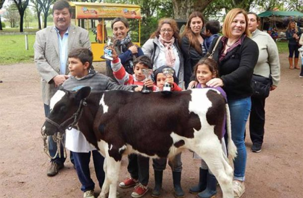Alumnos y directivos de Escuela El Tejar, ganadores del ultimo concurso crianza del ternero