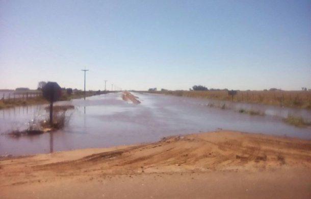 Camino en Quiroga que conecta con el Acceso (ruta 70) totalmente anegado por el agua