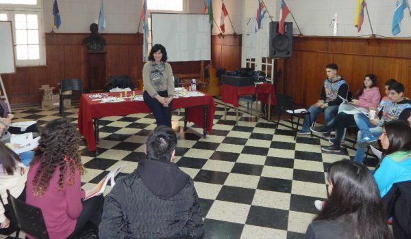 Cecilia Fusari durante uno de los talleres junto a los alumnos