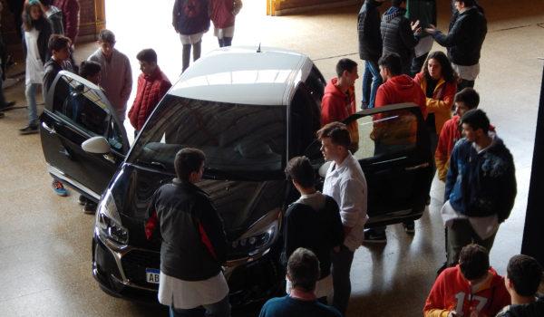 Vehículo DS3 en exhibición por su tecnologia y que comprobaron los alumnos