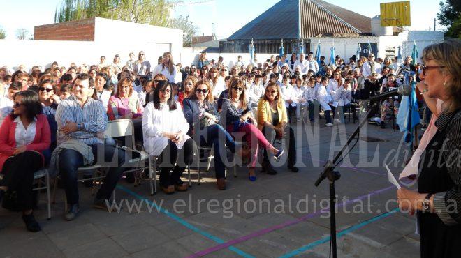 Liliana Vallabriga dirigiendose a los presentes en Escuela 52