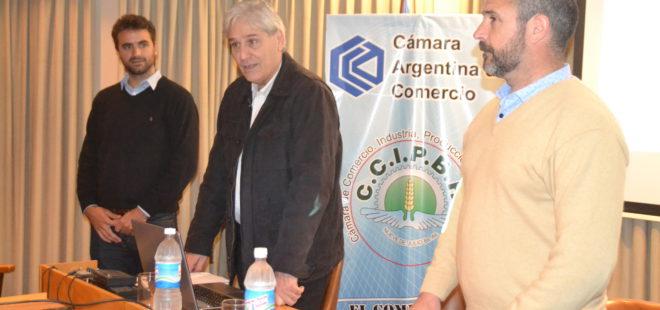 Luis Valinoti dirigiendose a los presentes junto a Fernando Bono y el disertante