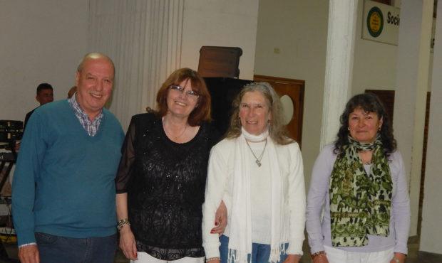 Luisa Bazzeta junto a Emilce Rossi y el periodista Raul Mascheroni que entrego el premio como Agricultora del Año 2017