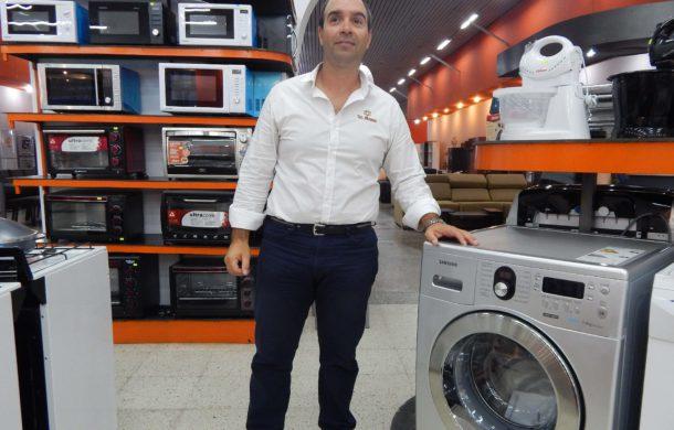 Marcelo Suanno junto a uno de los productos Samsung que recibiran descuentos del 7 al 17 de septiembre