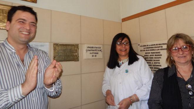 Mariano Barroso, junto a la Directora e Inspectora Distrital tras el descubrimiento de una placa por el 50 aniversario