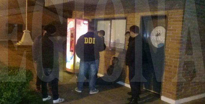 Momento en que efectivos policiales proceden a la detención de ambas personas