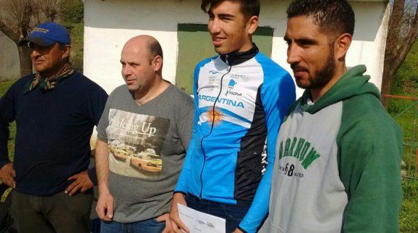 Rodrigo Corro junto a Ezequiel Martinez e integrantes de comisión directiva del Club
