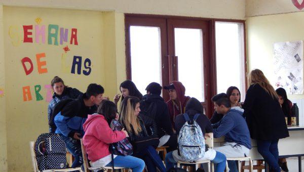 Alumnos de 6to año trabajando junto a la profesora Marcela Rivero