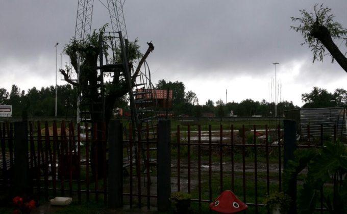 Antena derribada por el viento en Viamonte