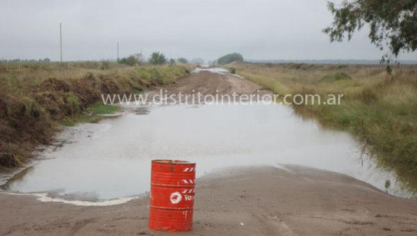 Caminos rurales en Gral Villegas cerrado al paso al estar inundado