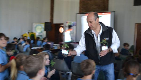 Gerardo Consolani al momento de entregar un plantin de tomate a cada asistente