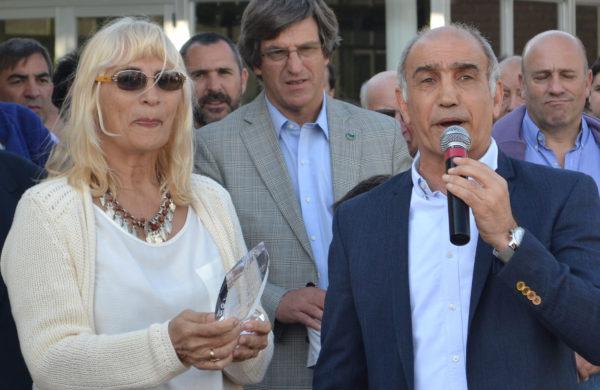 Daniel Salvador al momento de entregar un presente a Sociedad Rural de 9 de Julio a traves de su presidente, Graciela Vadillo