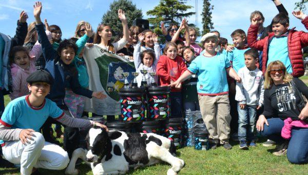 Docentes, alumnos y padres junto a Ternerco y los 100 litros de pintura que se ganaron