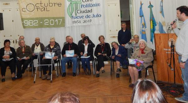 El Intendente Barroso dirigiendo palabras de agradecimientos a los vecinos reconocidos