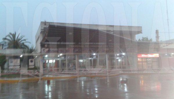 El alero de la terminal de omnibus fue removido por el viento