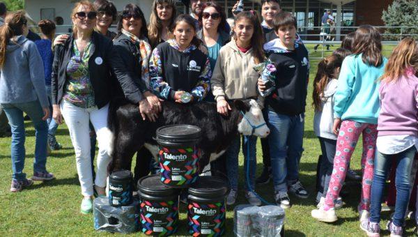 Escuela 22 de 12 de Octubre junto a Trueno y su premio de 60 litros de pintura