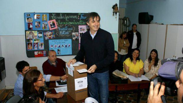 Esteban Bullrich, voto en Agustina localidad juninense afectada por la inundación