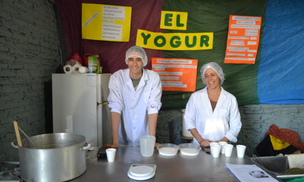 Felipe Cabalcue y  Silvia Imbellone atendieron distintas consultas sobre el yogurt
