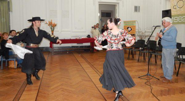 Hector Llanos dejo su musica acompañado por una pareja de bailarines