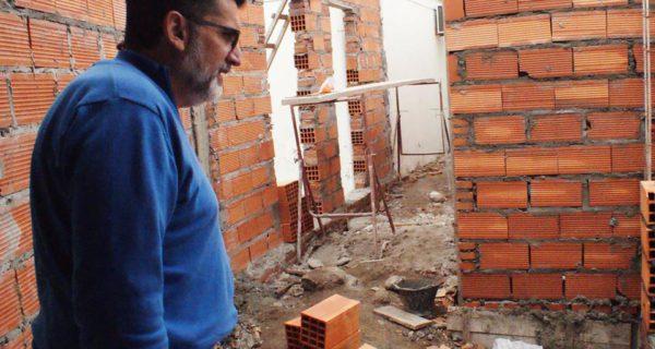 Jorge Silvestre recorriendo la obra – foto Rumores Pehuajo
