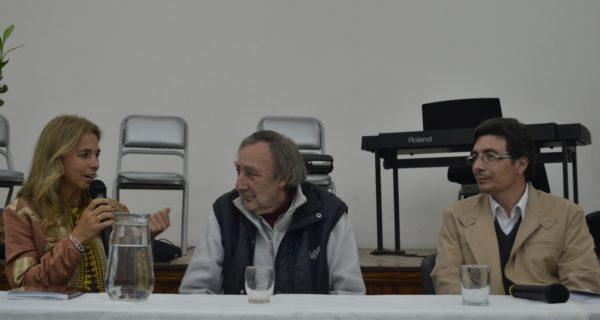 Julio Guerriere escucha antentamente a la artista Karina Esteban durante la presentación