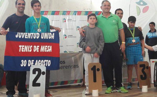 Lorenzo Lacosta junto a su padre al momento de ser premiado