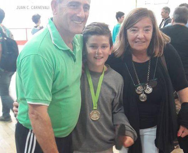 Lorenzo Lacosta, junto a su padre y Julia Cereigido Secretaria de Deportes, Cultura y Educacion de 9 de Julio