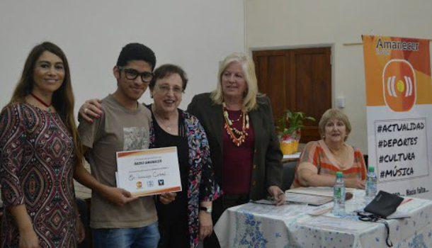 Luciano Coronel al recibir su diploma como ganador de narrativa joven