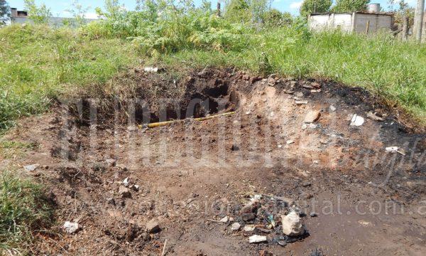 Lugar donde vecinos arrojan resiudos y el caño de gas quedo descubierto