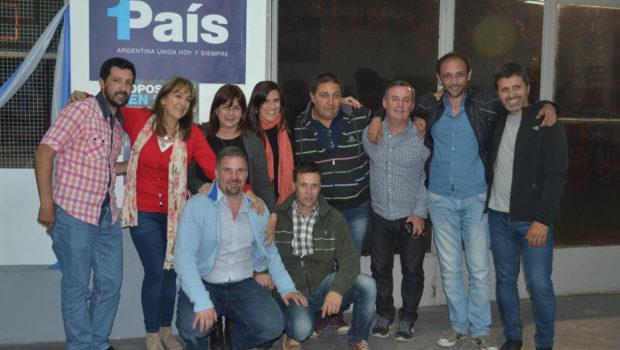 Malis junto a un grupo de militantes de 1Pais